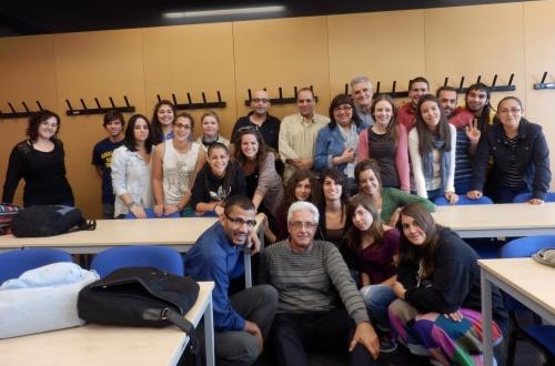 Alumnos y profesores de la Facultad de Trabajo Social junto con el Delgado saharaui